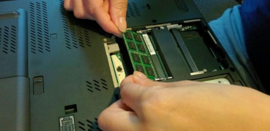 Удаление модуля памяти ноутбука
