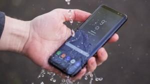 Samsung Galaxy S8 под струей воды