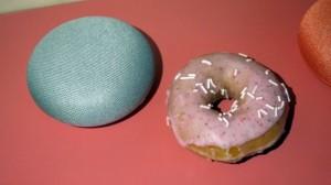 Колонка Google Home Mini и пончик
